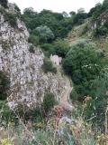Il sentiero delle Ripe e sullo sfondo i ruderi di un antico mulino ad acqua