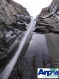 Cascata del Rio Merdarello incisa nei calcescisti della Val Cenischia (Novalesa, TO)